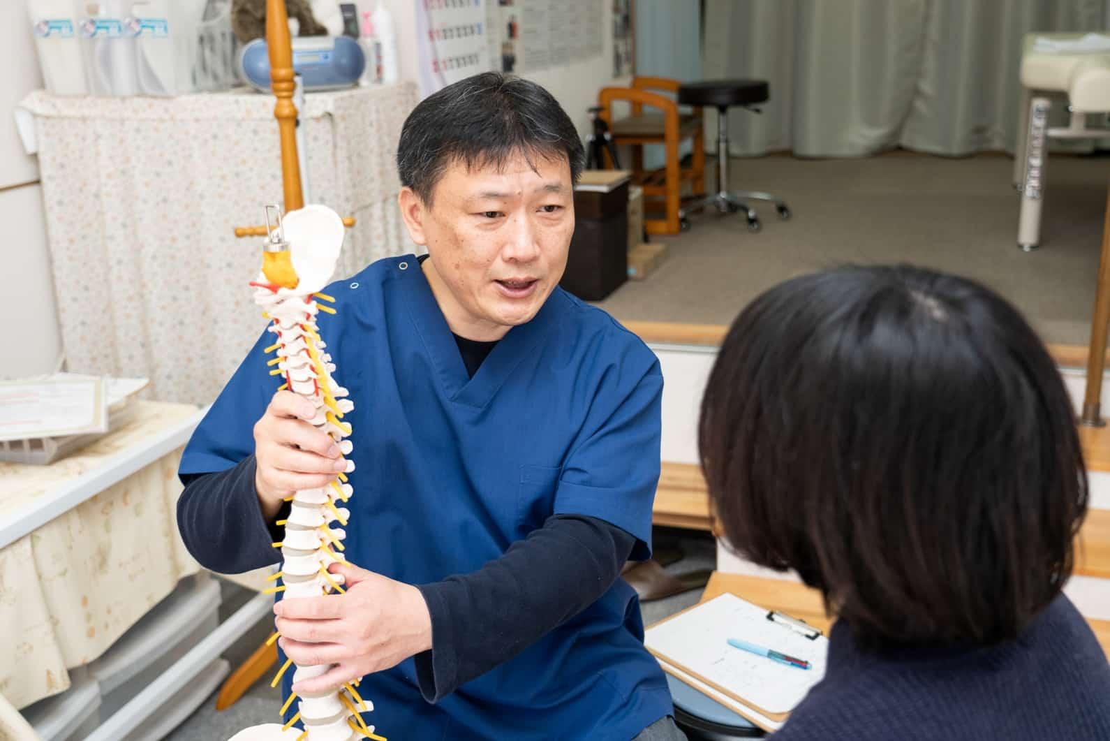 ひだか整体院は背骨のゆがみが症状の原因であると考えています