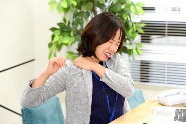 つらい肩の痛みに悩む女性