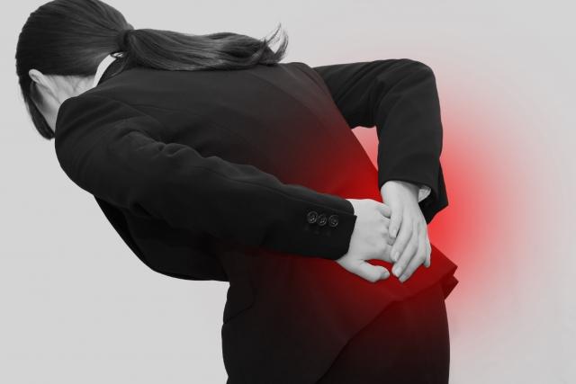 姿勢の悪さも腰痛の原因になります