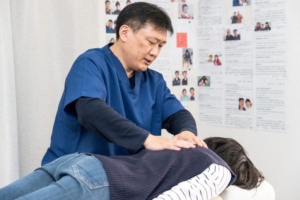 背骨の歪みを整える優しい施術で症状を改善します