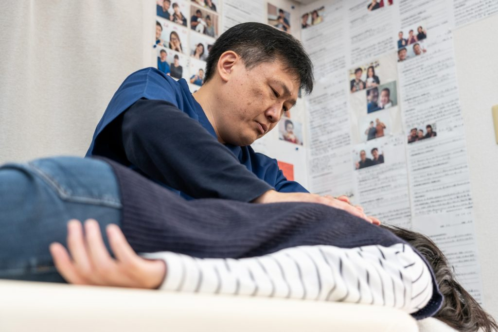 背骨を優しく揺らす施術で身体のバランスを整えます