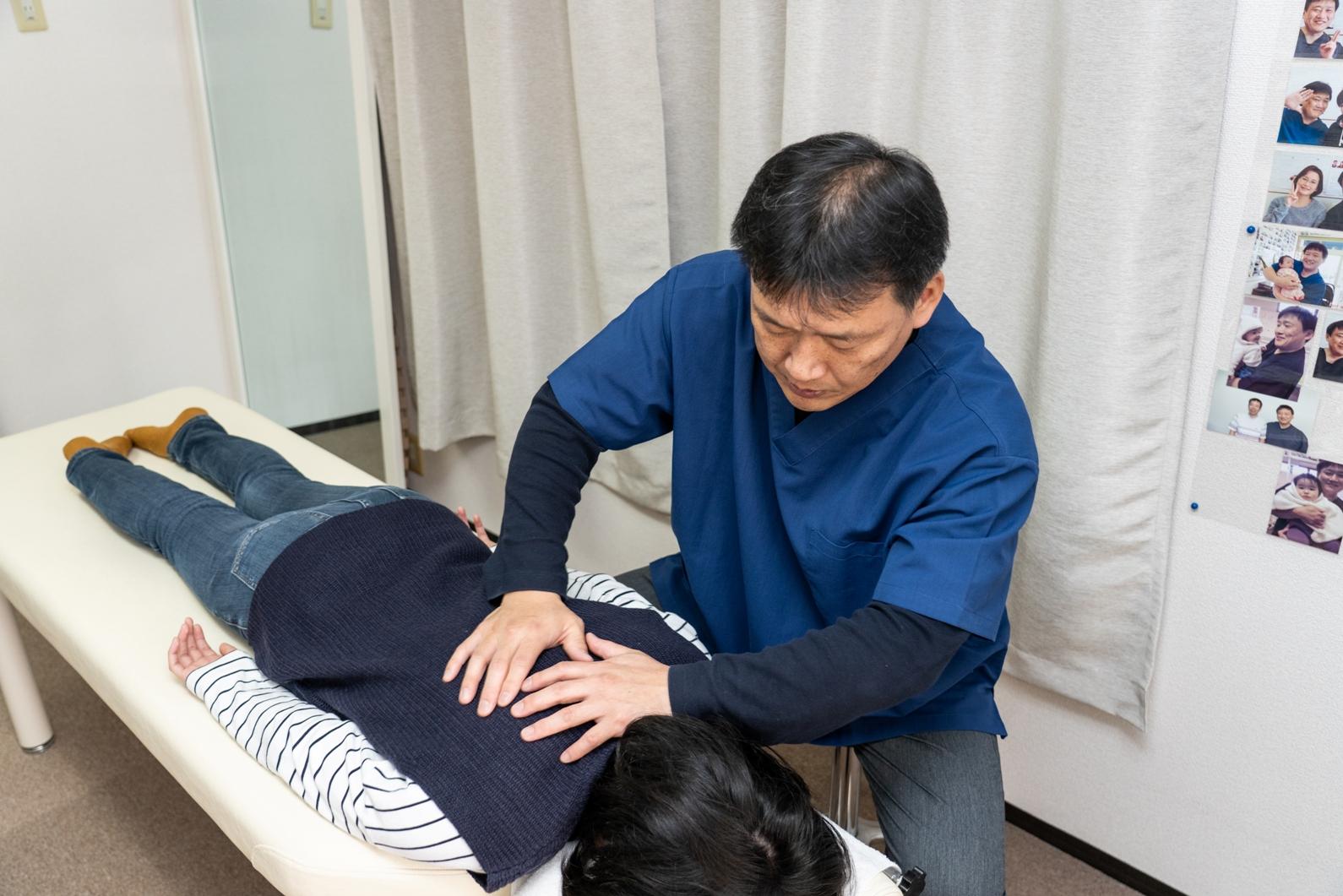 背骨を優しく揺らす施術で頭痛の根本原因から改善します