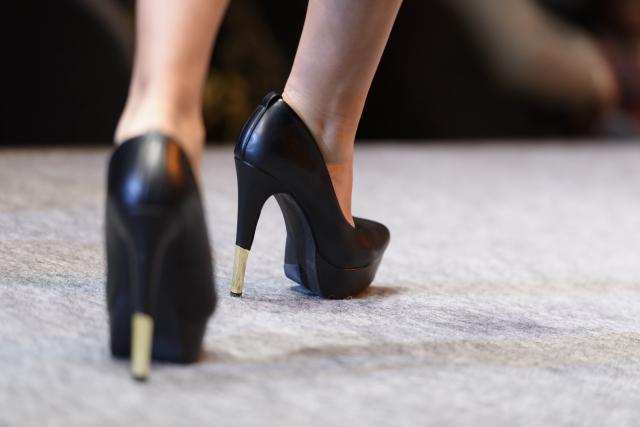 姿勢の悪さや歩き方のクセも外反母趾の原因になります