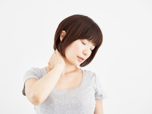 頚椎ヘルニアのつらい症状に悩む女性